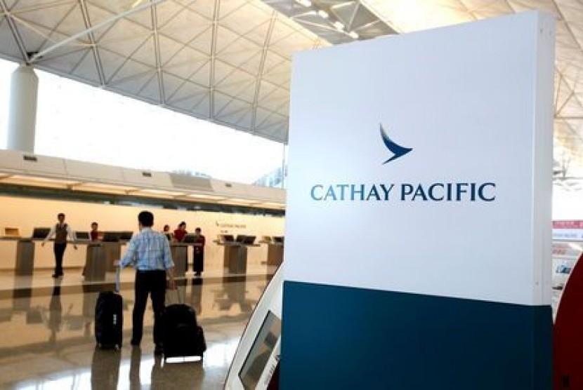 Penumpang melewati konter Cathay Pacific di Bandara Internasional Hong Kong.