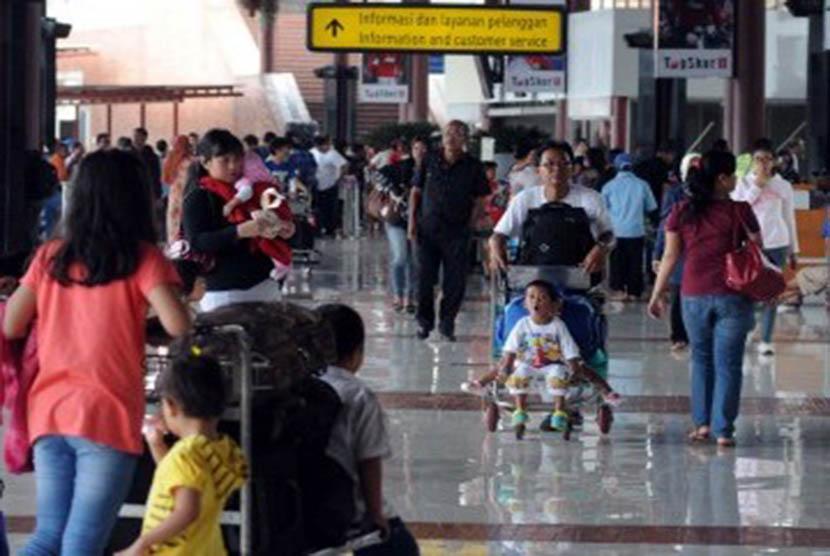 Penumpang memadati terminal 1B keberangkatan Bandara Internasional Soekarno Hatta, Tangerang, Banten, Ahad (25/12). (Republika/Wihdan Hidayat)