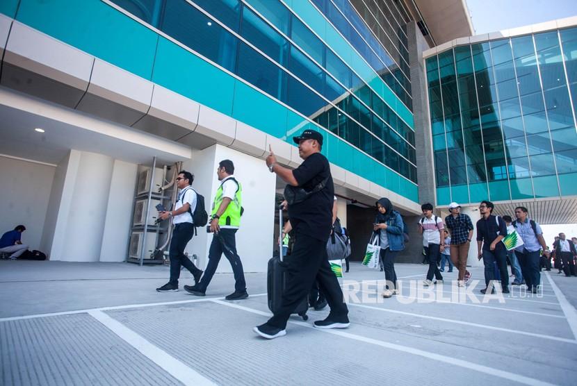 Penumpang memasuki area bandara seusai mendarat dengan pesawat komersial Citilink saat penerbangan perdana di Bandara Yogyakarta International Airport (YIA), Kulonprogo, DI Yogyakarta, Senin (6/5).