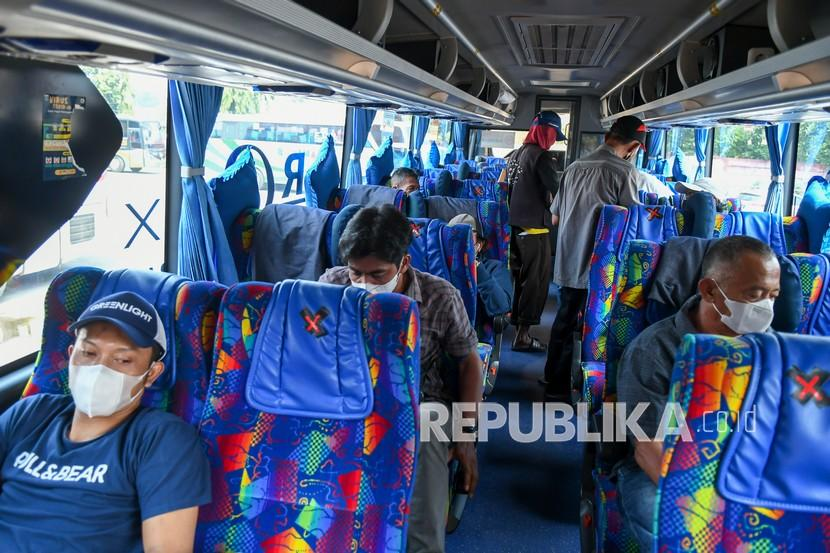 Kepala Terminal Bus Terpadu Pulogebang Bernard Pasaribu mengatakan, pihaknya mencatat sebanyak tujuh orang penumpang berangkat dari terminal tersebut pada hari pertama larangan mudik Lebaran, Kamis (6/5).