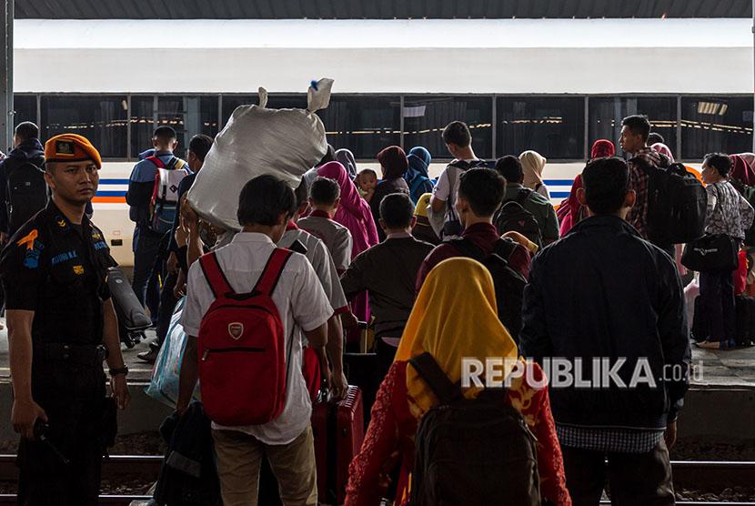 Penumpang menanti kedatangan kereta api (KA) di kawasan peron Stasiun Tawang, Semarang, Jawa Tengah, Jumat (8/6).