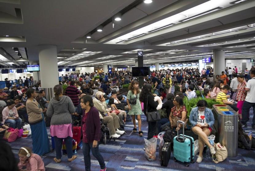 Penumpang terjebak di Bandara Internasional Hong Kong akibat aksi protes, Senin (12/8).