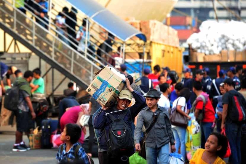 Penumpang turun dari kapal KM Labobar asal tujuan pelabuhan Sorong, Papua, di Pelabuhan Tanjung Priok, Jakarta, Kamis (23/8). (Edwin Dwi Putranto/Republika)