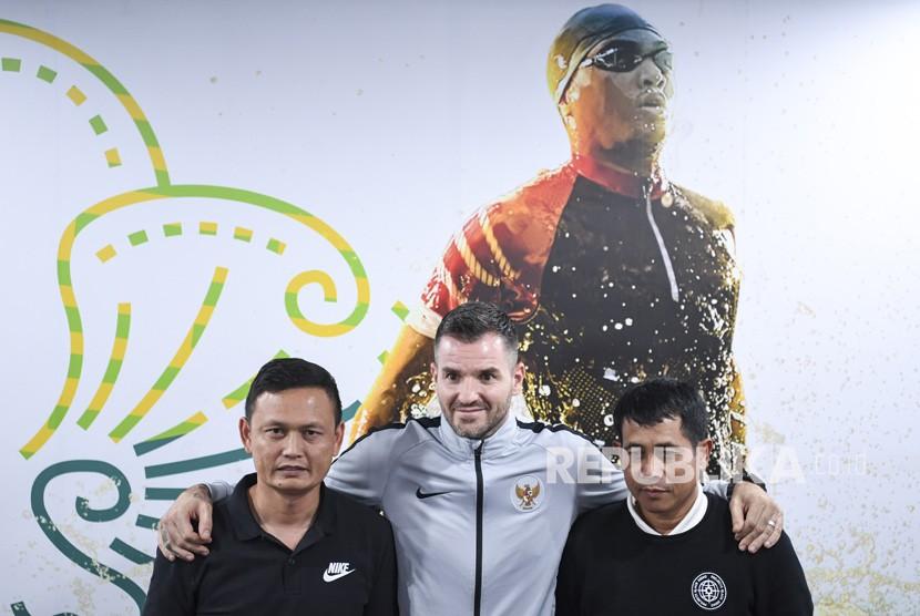 Penunjukan Asisten Pelatih Timnas. Pelatih Timnas Indonesia Simon McMenemy (tengah) berpose bersama asisten pelatih timnas Yeyen Tumena (kiri) dan Joko Susilo (kanan) saat menggelar konferensi pers di kantor PSSI, FX Senayan, Senin (25/2/2019).