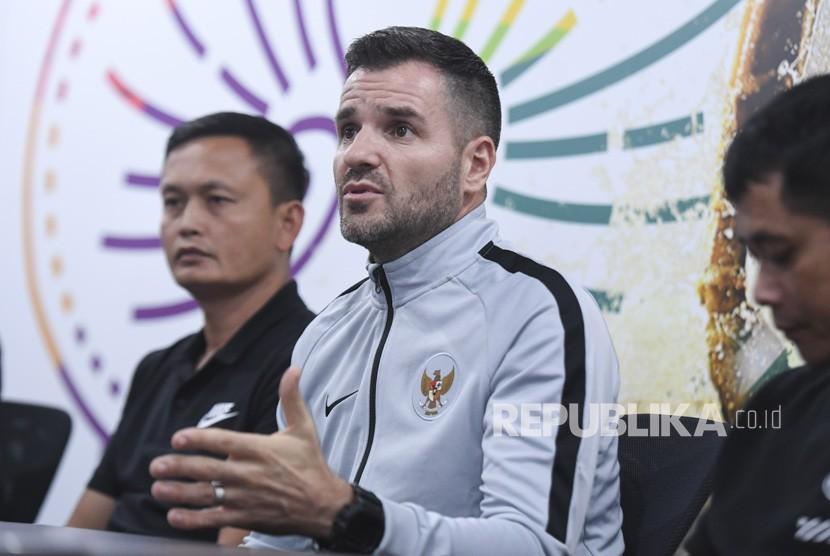 Pelatih Timnas Indonesia Simon McMenemy (tengah)
