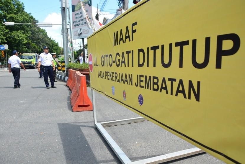 Penutupan Jalan Gito-Gati di Simpang Denggung.