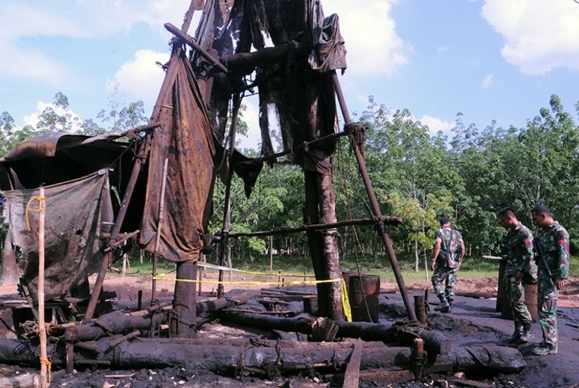 Police and Pertamina shut down illegal oil well. (File photo)