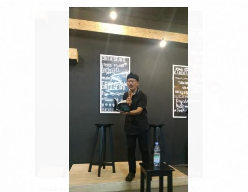 Dwi Bagus MB Luncurkan Antologi Penyair di Simpang Jalan