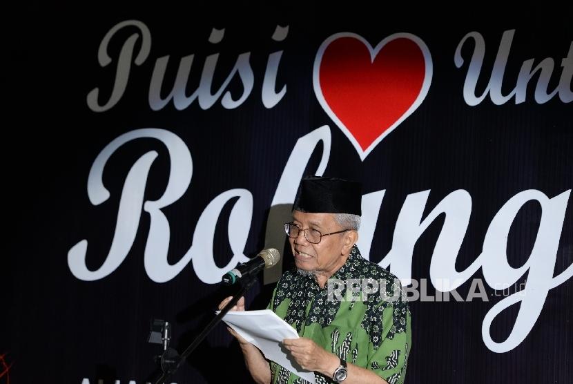Penyair Taufik Ismail membacakan puisi pada malam Puisi Untuk Rohingya yang digagas oleh AKUR di Gedung Dakwah PP Muhammadiyah, Jakarta, Ahad (10/9) malam.