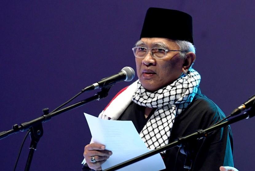 Penyair yang juga pengasuh Pondok Pesantren Raudhatut Thalibin Leteh Rembang, Jateng, KH Mustofa Bisri (Gus Mus).
