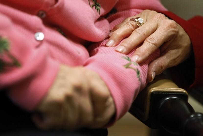 Penyakit alzheimer menyerang mereka yang di atas usia 55 tahun.
