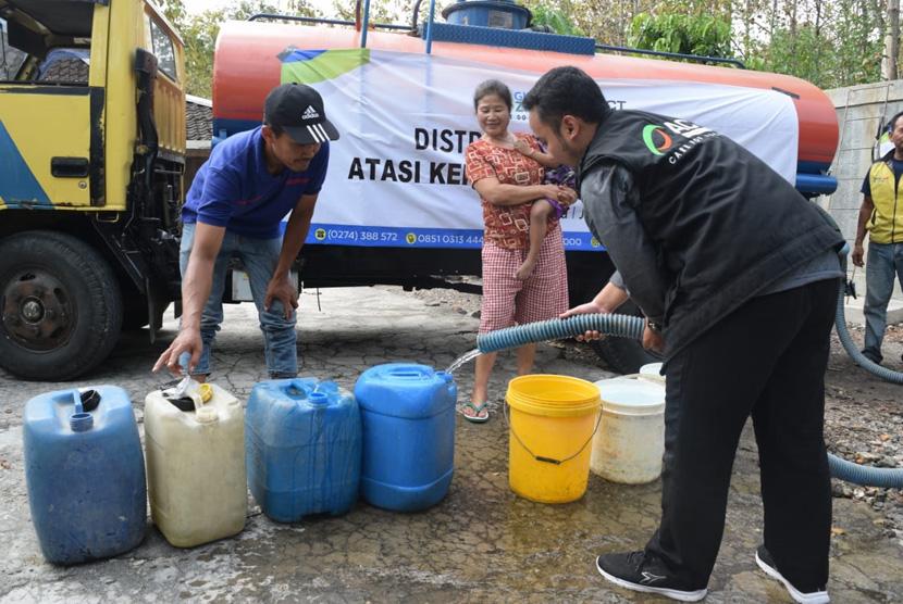 Penyaluran bantuan air bersih yang disampaikan ACT-MRI DIY kepada  masyarakat di Desa Jurangjero, Kecamatan Ngawen, Kabupaten Gunungkidul,  DIY, Jumat (5/7).