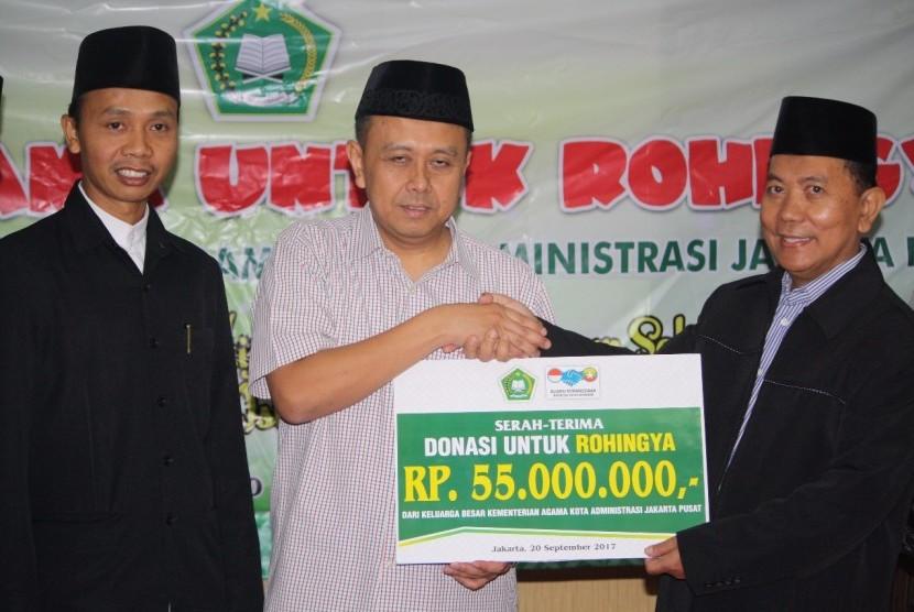 Penyaluran bantuan senilai Rp. 55 juta diserahkan langsung oleh Kepala Kemenag Jakarta Pusat, Wahyudin, ke Ketua AKIM Ali Yusuf, pada Rabu (20/09) siang di aula Kemenag Jakarta Pusat.