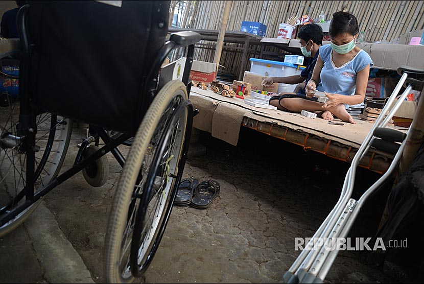 Penyandang difabel Yayasan Bunga Bali membuat permainan edukasi berbahan kayu di Denpasar, Bali.