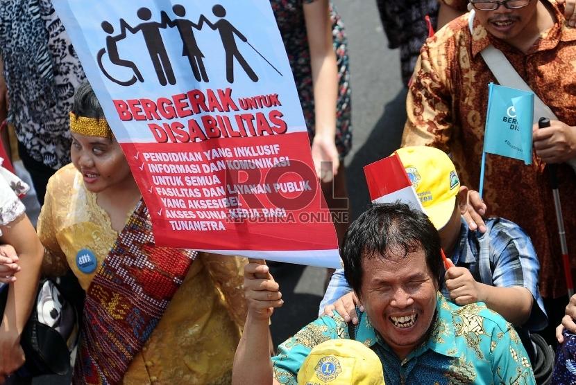 Penyandang disabilitas dari berbagai elemen melakukan aksi longmarch saat melakukan aksi damai di Jalan Thamrin, Jakarta, Selasa (18/8).   (RepublikaTahta Aidilla)