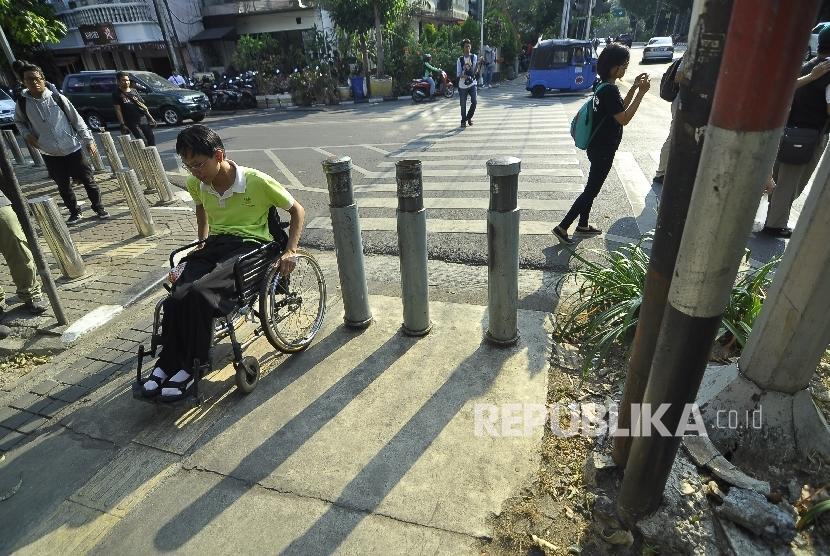 Ilustrasi fasilitas akses penjalan kaki atau pedestrian untuk penyandang disabilitas.
