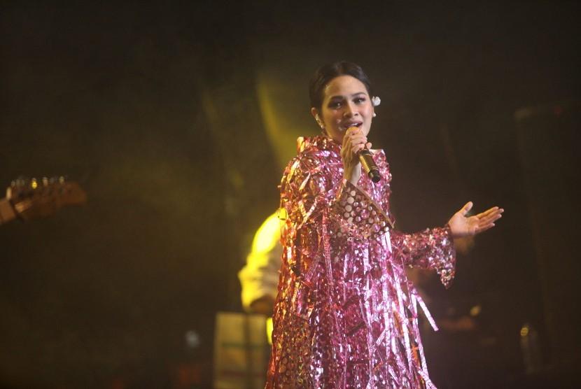 Penyanyi Andien berkolaborasi dengan Mondo Gascaro dalam membawakan versi baru Kisah Insani yang dipopulerkan Chrisye.