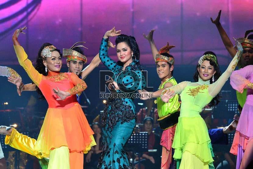 Penyanyi asal Malaysia, Siti Nurhaliza dalam konser'Ekspresi Karya Gemilang' di Ancol, Jakarta Utara, Senin (10/12). (Republika/Agung Supriyanto)