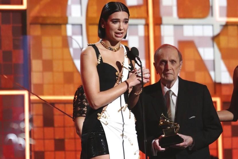 Penyanyi Dua Lipa menerima penghargaan Grammy Award di Los Angeles, Ahad (10/2).