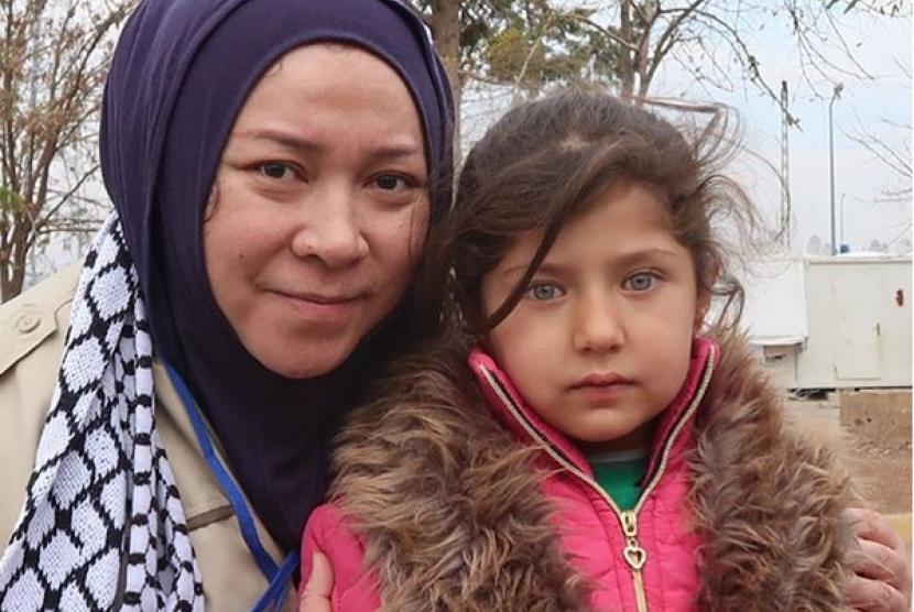 Penyanyi Melly Goeslaw yang mengunggah fotonya bersama anak perempuan Palestina, Rabu (20/12).