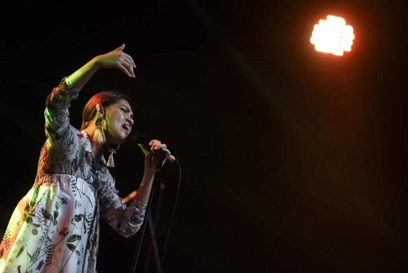 Penyanyi Monita Tahalea.