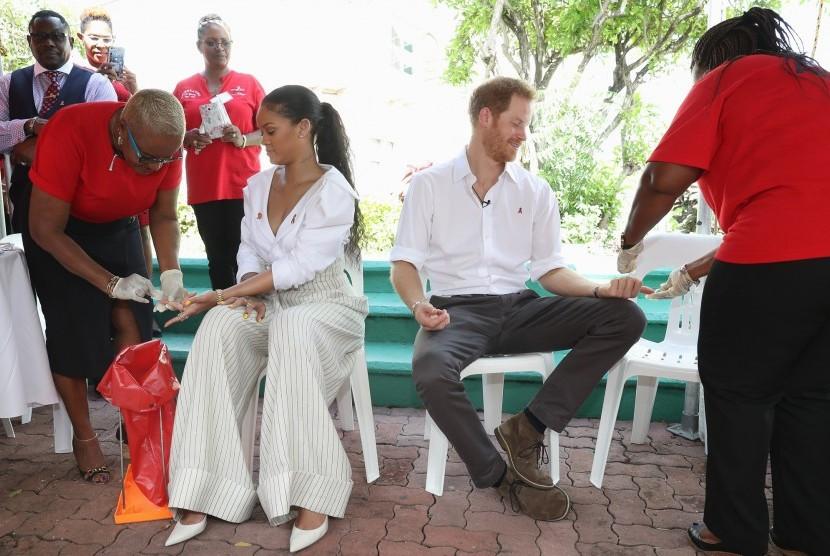 Penyanyi pop Rihanna dan Pangeran Harry melakukan tes HIV bersama di Barbados, Kamis (1/12).