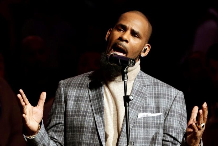 Penyanyi R Kelly terlibat dalam 14 kasus eksploitasi seksual terhadap anak dan satu tuduhan pemerasan.