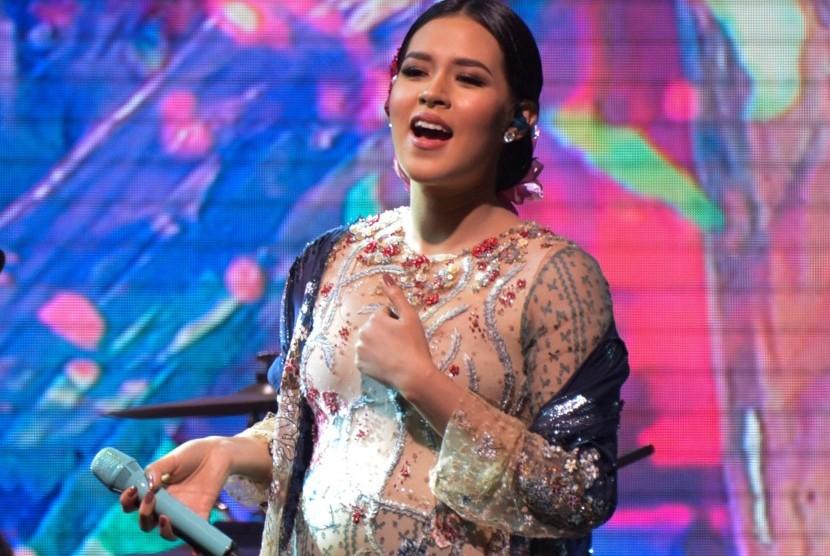 Penyanyi Raisa tampil dalam konser bertajuk