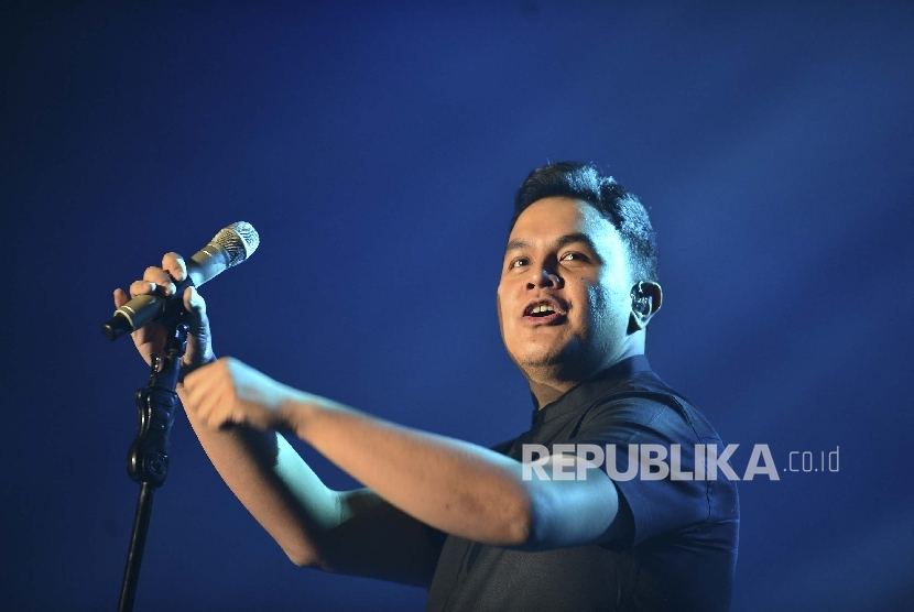 Penyanyi Tulus menghibur penonton dengan lagu-lagu andalannya, saat tampil pada BNI Java Jazz Festival, di Jakarta International Expo, Jumat (3/3).