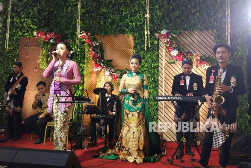 Penyanyi Vicky Shu memeriahkan acara resepsi pernikahan Kahiyang Ayu dan Bobby Nasution di Graha Sabha, Solo, Rabu (8/11).