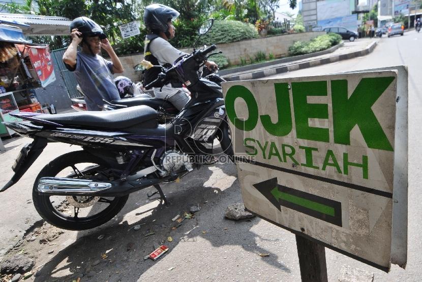 Penyedia jasa melayani penumpang di pangkalan Ojek Syariah, Jalan KH Abdullah Syafi'ie, Tebet Barat, Jakarta.