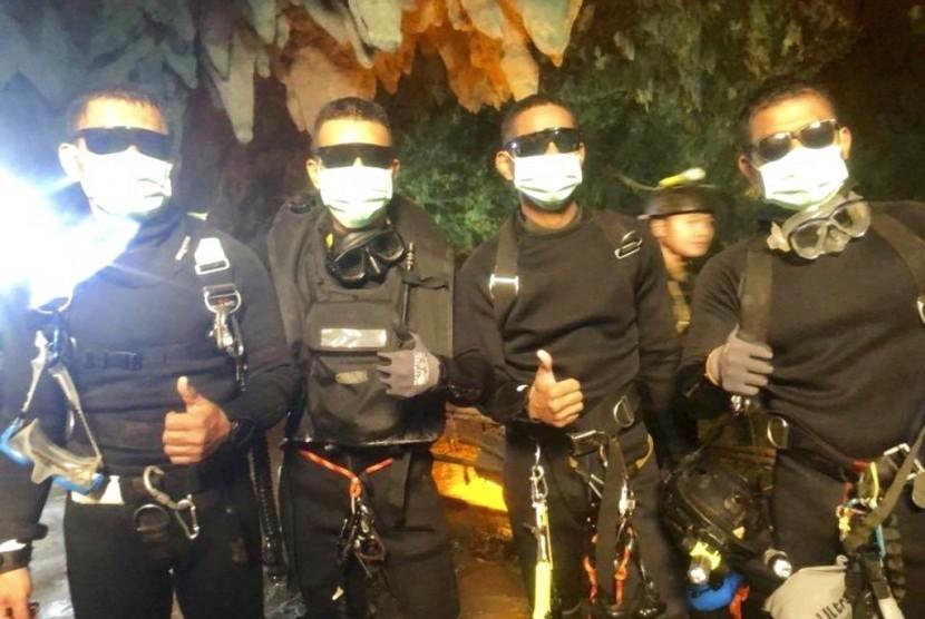Penyelam dari angkatan laut Thailand yang menjadi tim penyelamat anak-anak yang terjebak di gua.