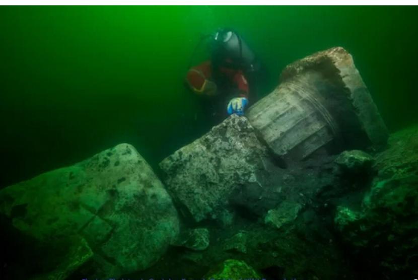 Penyelam menemukan kuil dan karta karun peninggalan Mesir Kuno.