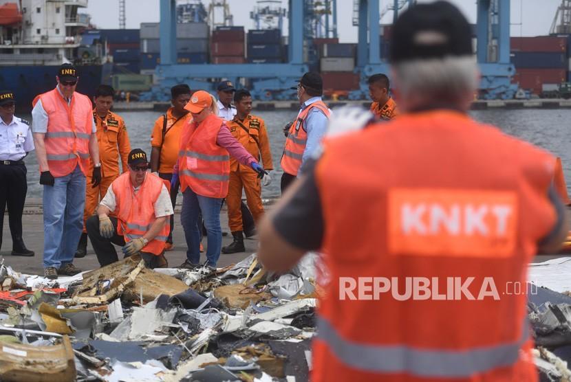 Penyelidik dari Komite Nasional Keselamatan Transportasi (KNKT) Indonesia dan Dewan Keselamatan Transportasi Nasional (NTSB) Amerika Serikat memeriksa puing-puing pesawat Lion Air bernomor registrasi PK-LQP dengan nomor penerbangan JT 610 di Pelabuhan Tanjung Priok, Jakarta, Kamis (1/11/2018).