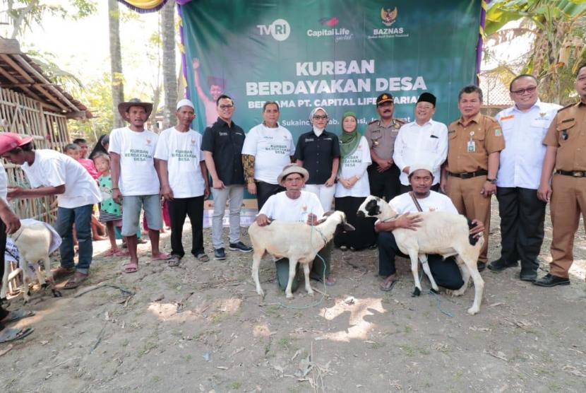 Penyerahan 79 ekor domba oleh PT Capital Life Syariah kepada Baznas di pemotongan hewan 'Kurban Berdayakan Desa' Desa Sukaindah, Kabupaten Bekasi, Jawa Barat, Senin (12/8).
