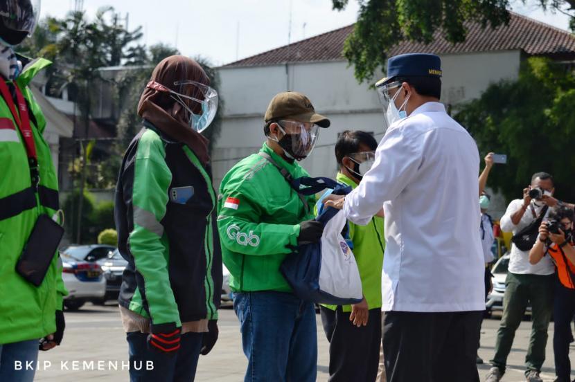 Penyerahan bantuan berupa paket sembako untuk pengemudi transportasi online di Bogor.