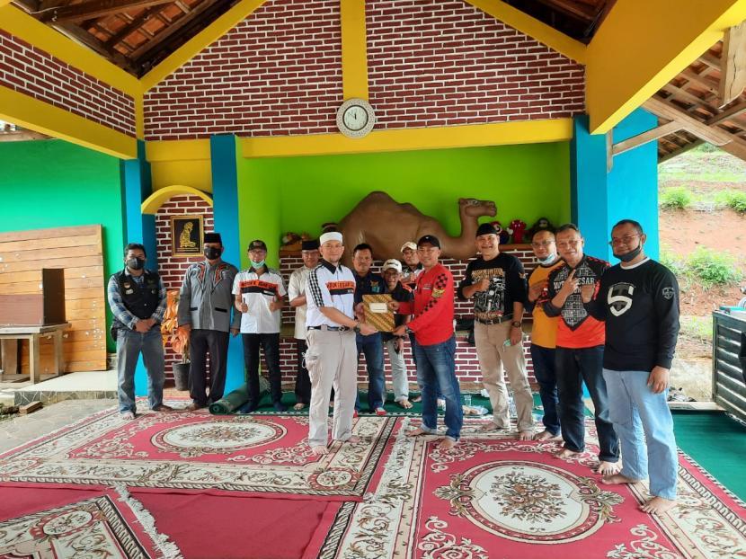 Penyerahan bantuan dari Motor Besar Club (MBC) Bandung ke Yayasan iHaqi untuk Palestina di Cimenyan, Kabupaten Bandung, Sabtu (29/5).