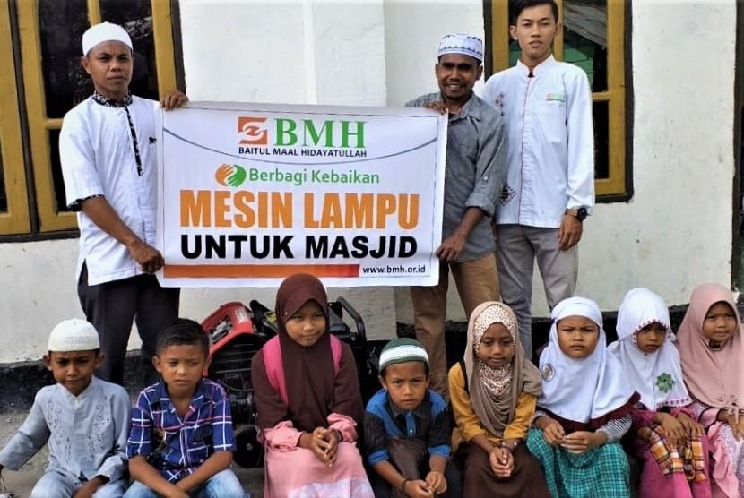 Penyerahan bantuan jenset untuk penerangan Masjid Babuttaubah di Pulau Seram, Maluku Tengah.