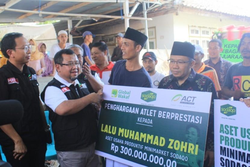 Penyerahan bantuan kepada keluarga atlet lari Lalu Muhammad Zohri.