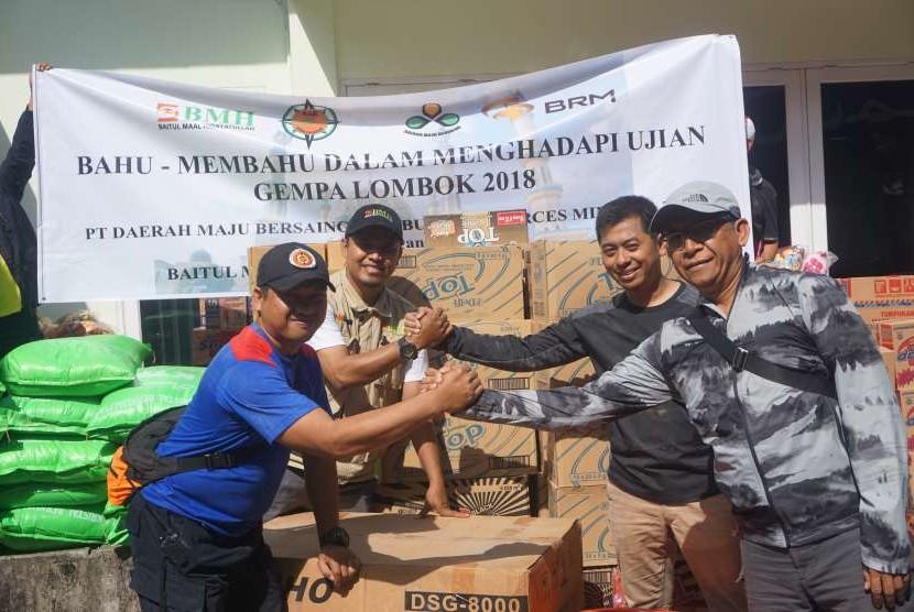 Penyerahan bantuan untuk korban gempa bumi Lombok dari KONI NTB dan PT  Bumi Resources kepada BMH, di Mataram, Selasa (7/8).