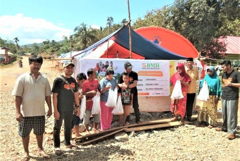 Penyerahan daging kurban BMH untuk masyarakat Desa Tapuwatu yang merupakan korban banjir besar Konawe Utara.
