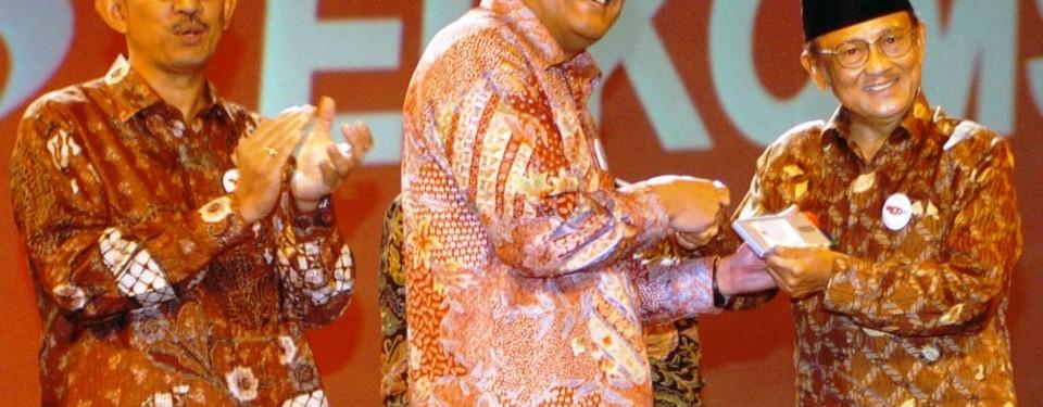 Penyerahan Kartu Halo kepada mantan Presiden BJ Habibie sebagai pelanggan Telkomsel ke-100 juta oleh Direktur Utama Telkomsel, Sarwoto Atmosutarno disaksikan Direktur Utama Telkom Indonesia, Rinaldi Firmansyah