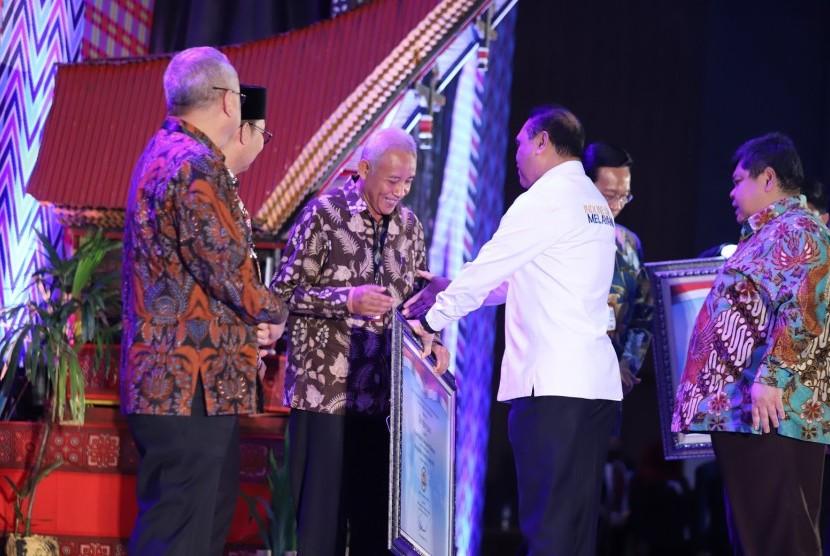 Penyerahan Laporan Hasil Evaluasi Akuntabilitas Kinerja Instansi Pemerintah (LHE AKIP) 2018 di Makassar.