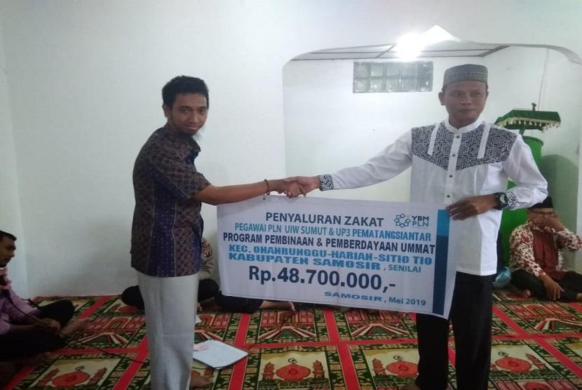 Penyerahan zakat dari YPM PLN dan Prima DMI ke mustahiq asal Kabupaten Samosir