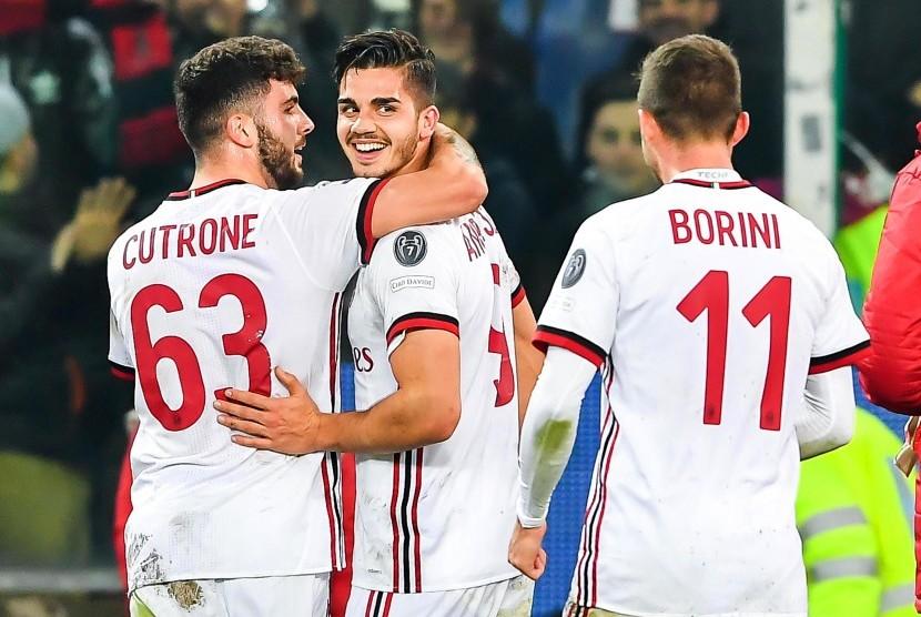 Penyerang AC Milan asal Portugal (tengah) ketika melakukan selebrasi bersama rekan setimnya, Patrick Cutrone (kiri) dan Fabio Borini (kanan).