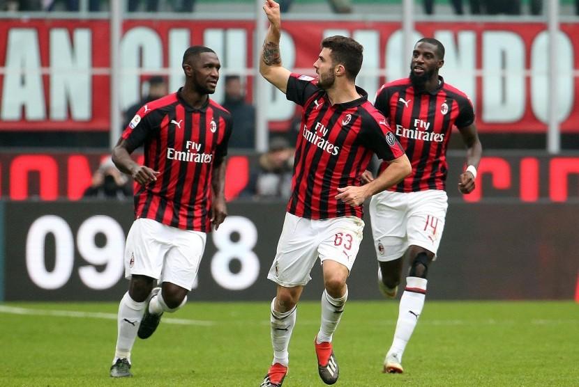 Penyerang AC Milan Patrick Cutrone (tengah) merayakan golnya ke gawang Parma.