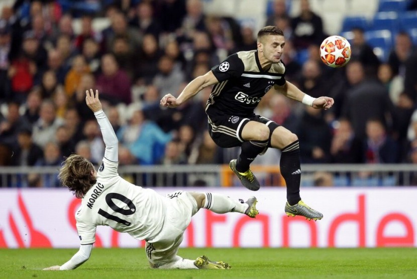 Penyerang Ajax Dusan Tadic (kanan) melewati jegalan gelandang Real Madrid Luka Modric.