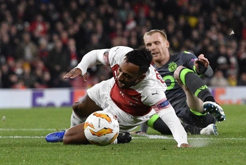 Penyerang Arsenal Pierre-Emerick Aubameyang dijatuhkan oleh Jeremy Mathieu pada pertandingan Liga Europa.
