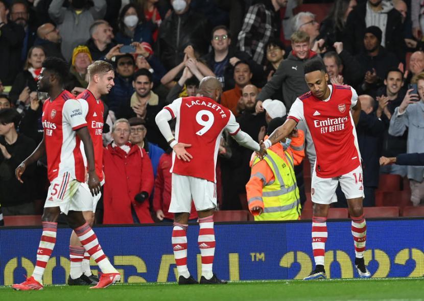 Penyerang Arsenal Pierre-Emerick Aubameyang (kanan) merayakan golnya ke gawang Aston Villa.