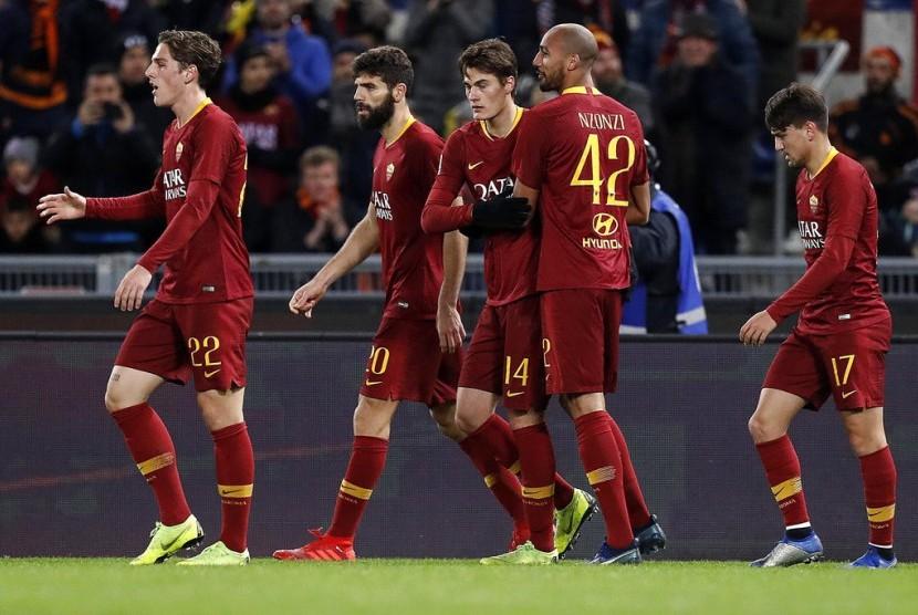 Penyerang AS Roma Patrick Schick (ketiga kanan) merayakan golnya ke gawang Sassuolo bersama rekan-rekannya.